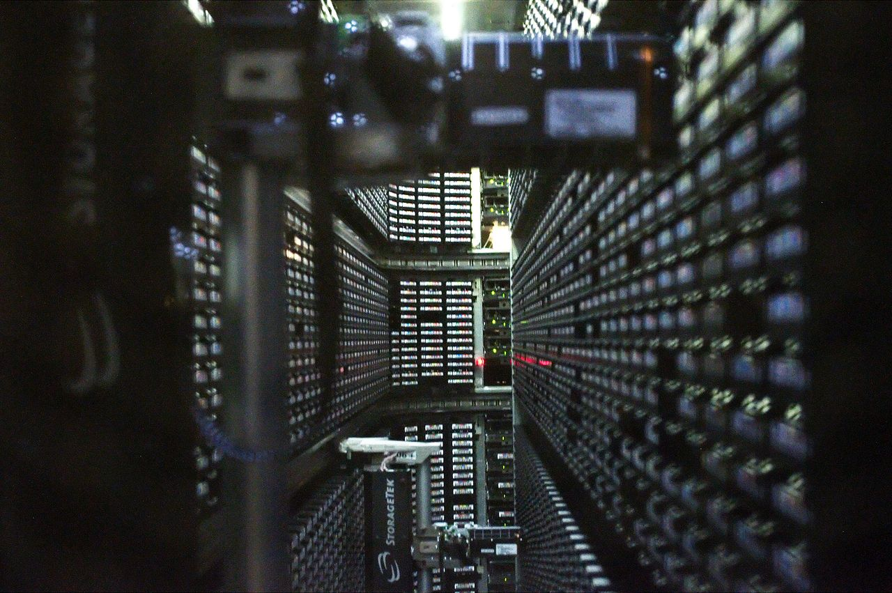 https://commons.wikimedia.org/wiki/File:Interior_of_StorageTek_tape_library_at_NERSC_(1).jpg